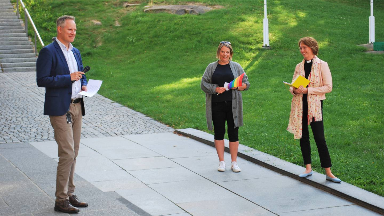 Fredrikstad-ordfører Jon-Ivar Nygård, styremedlem Hege Hansen i Fredrikstad Pride (i midten) og domprost i Fredrikstad, Kari Mangrud Alvsvåg under åpningen av Fredrikstad Pride 2021.