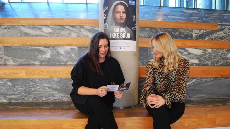 Påtroppende Fredrikstad-ordfører Siri Martinsen (Ap, t.v.) og artist Oda Gondrosen i forbindelse med kick-off for TV-aksjonen 2021.