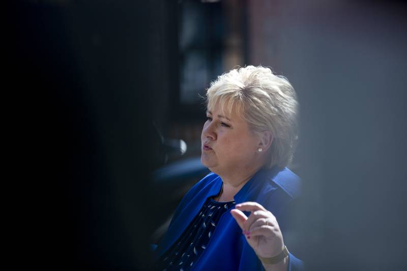 Statsminister Erna Solberg (H) og regjeringen får kritikk for nye retningslinjer for Forsvarets besøk av politikere. Foto: Javad Parsa / NTB