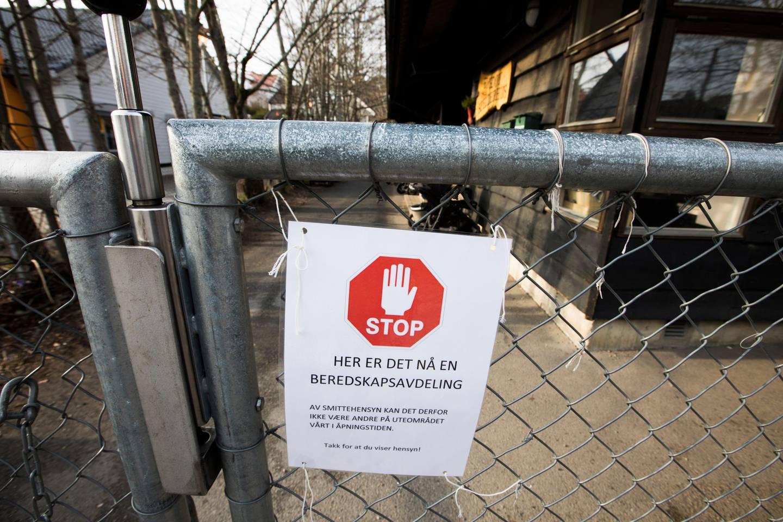 Oslo 20200405.  Skiltet på gjerdet ved porten til Hakkespetten barnehage på Bygdøy i Oslo med budskap om det nå er en beredskapsavdeling og at andre barn ikke må bruke uteområdet i åpningstiden. Mange av barnehagene i Oslo holder stengt på grunn av korona-pandemien. Foto: Erik Johansen / NTB scanpix