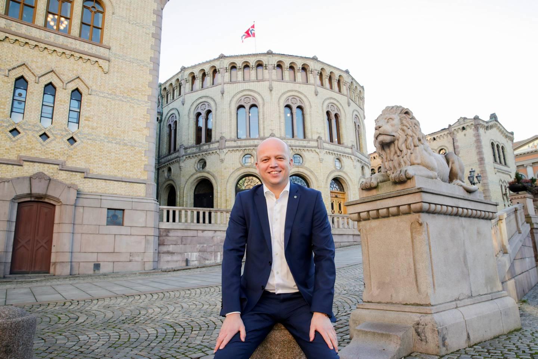 Oslo 20201126.  Senterparti leder Trygve Slagsvold Vedum  sitter på løvebakken foran stortinget, i forbindelse med Aps alternative statsbudsjett for 2021. Foto: Vidar Ruud / NTB