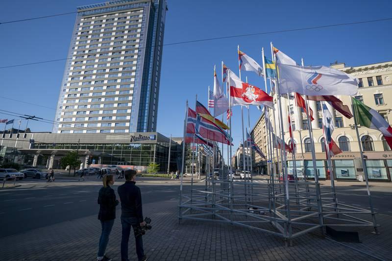 Flagget til den hviterussiske opposisjonen vaier i vinden i Riga. Foto: Martins Zilgalvis/F64 Agency via AP / NTB