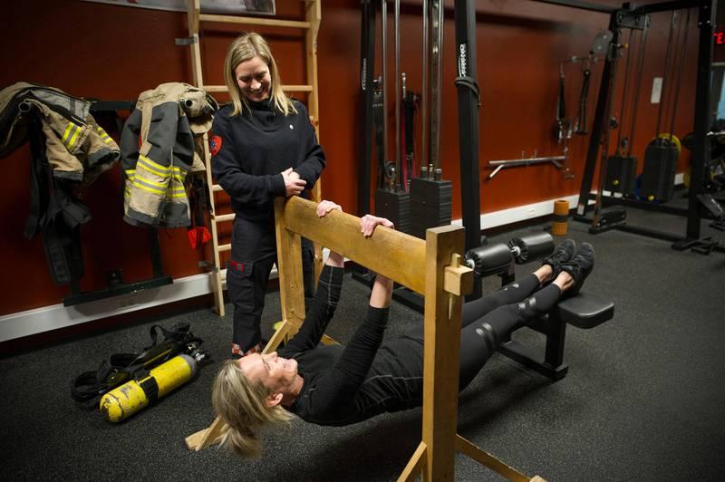 Kun 2,2 prosent av de heltidsansatte brannkostablene i Rogaland brann og redning IKS er kvinner. Onsdag inviterte de til åpen brannstasjon for kvinner og jenter i alle aldre i håp om å rekruttere flere. Åshild VestbøstadPå bildet er brannkonstabel Anne Britt Corneliussen Duesten og Åshild Vestbøstad.brann brannvesenet brannvesen