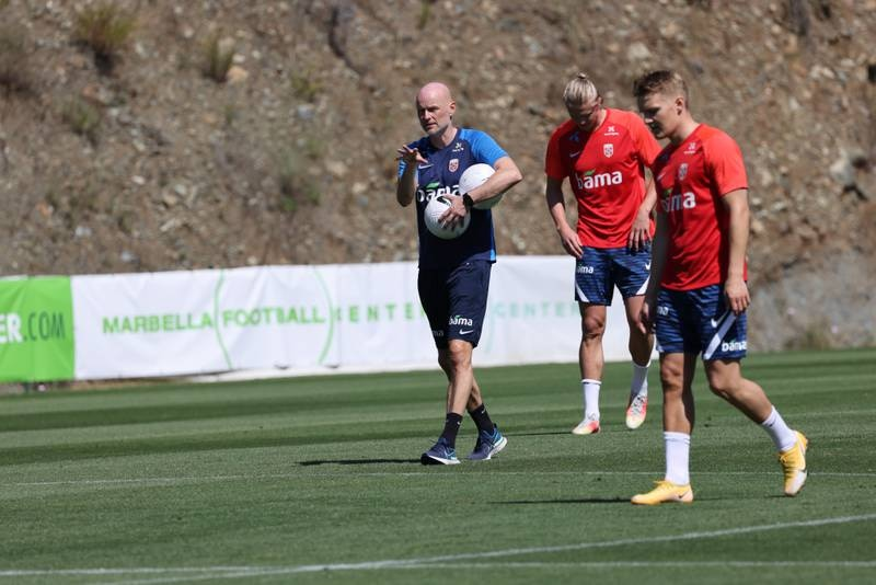 Landslagstrener Ståle Solbakken under trening på La Quinta Football Fields ved Marbella. Erling Braut Haaland og Martin Ødegaard henger med. Foto: