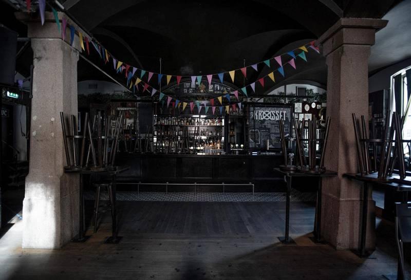 Etter: Krøsset bar og scene med vimplene fra Blomst-konsertene 6. og 7. mars.