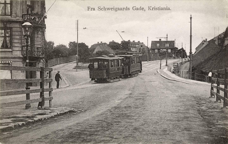 Vålerenga-trikken kjører opp fra Schweigaards gate mot Galgeberg 1905. Bak trikken skimtes taket på det som kalles Skarpretterboligen i Justiskroken.