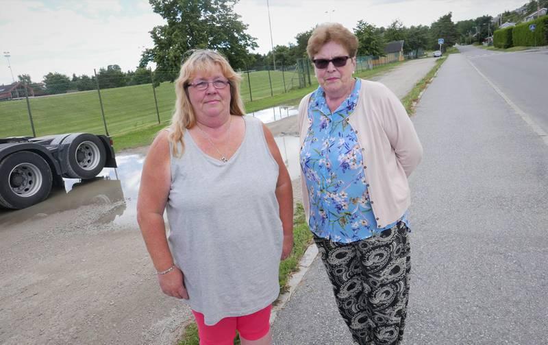 Mona (til venstre) og Kirsten Eidesgaard erfarer at området ved Sentralidrettsanlegget på Lisleby er periodevis plaget av rotter.