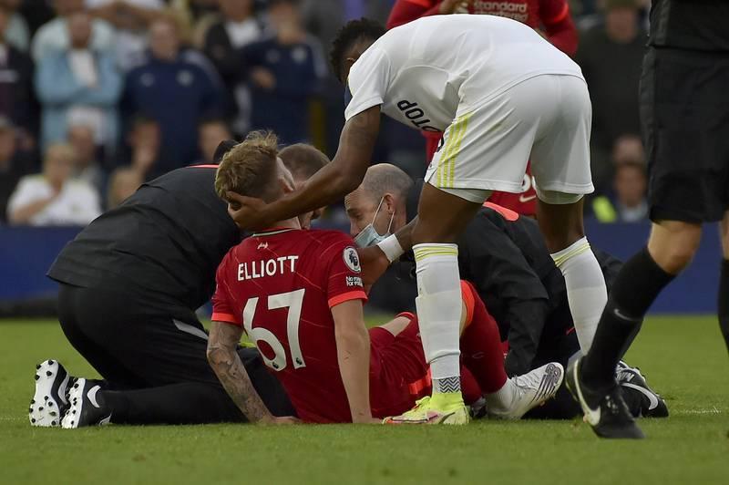 Harvey Elliott fikk behandling på gresset før han ble fraktet av banen på båre. Foto: Rui Vieira / AP / NTB