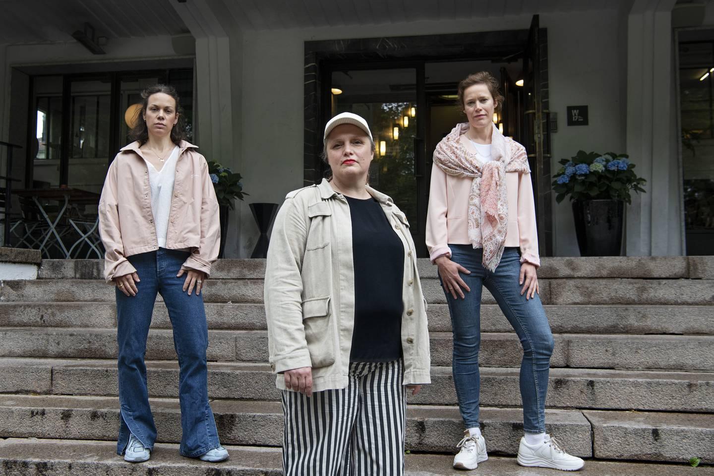 Kristine Karåla Øren, forbundsleder Norske Dansekunstnere, og Eva Grainger t.v. og Ine Vie t.h. utenfor Kunstnernes hus.