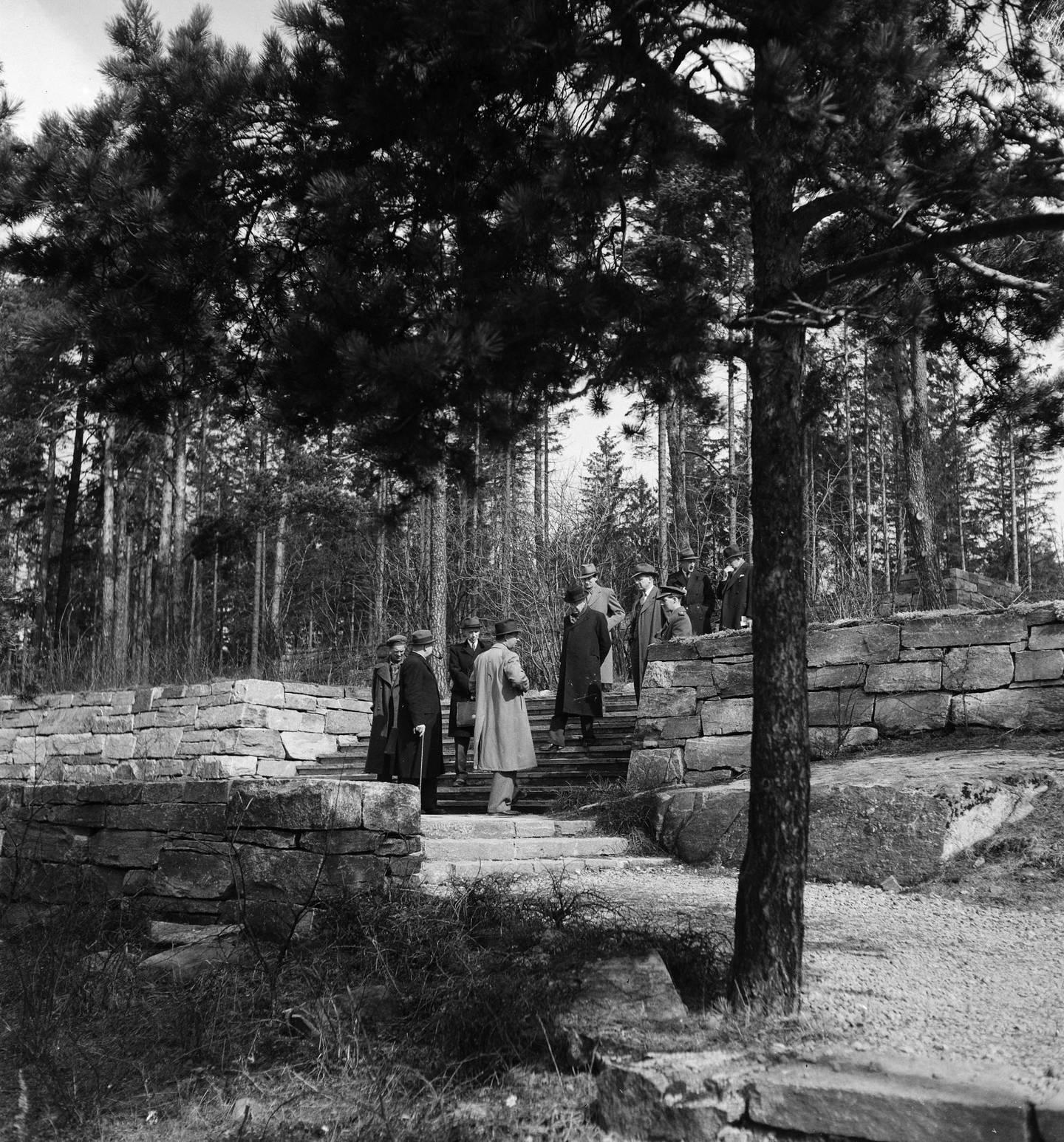 Hva skulle skje med det nazistiske minnesmerket etter frigjøringa? Kommunal befaring på den tysk krigskirkegården i april 1947. Foto: Leif Ørnelund, Oslo Museum