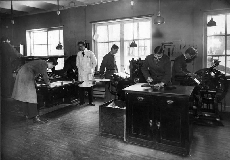 Støy fra pressene var også en belastning det ble gitt lite akt på. Her er det trykkerelever ved Oslo yrkesskole som får opplæring i 1923.