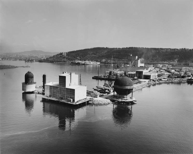 Sjursøya på 1960-tallet med Oslo Gassverks gassbeholdere, oljetanker, siloer og kraner. I bakgrunnen ses Sjømannsskolen