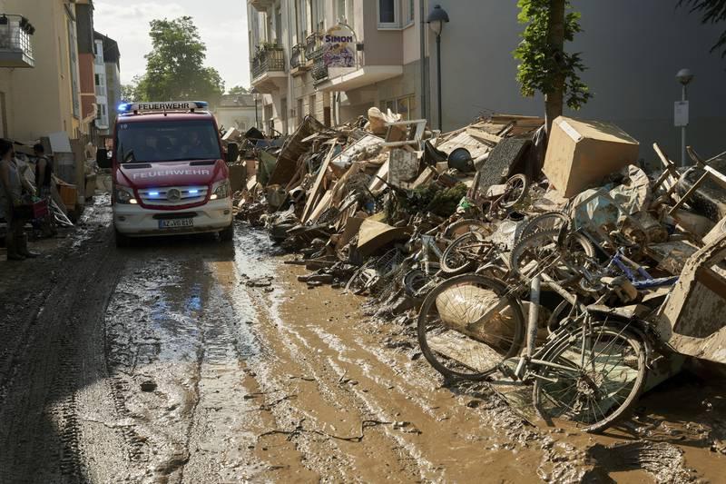 Tallet på døde stiger etter flommen i Tyskland, der det fortsatt letes etter savnede. Foto: Thomas Frey / DPA / AP / NTB