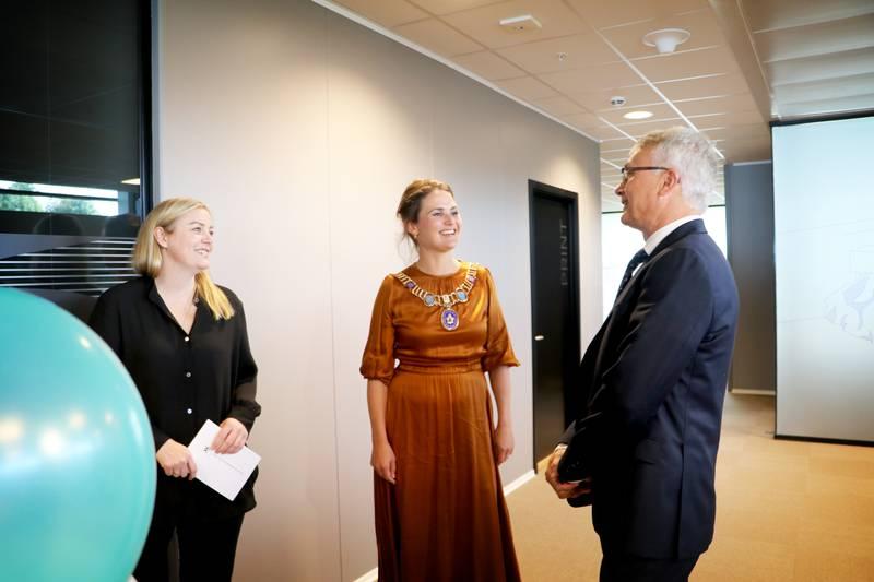Onsdag åpnet olje- og energiminister Tina Bru (H) og Stavanger-ordfører Kari Nessa Nordtun (Ap) Northern Lights sitt første offisielle kontor i Byfjordparken i Stavanger. Her sammen med administrerende direktør Børre Jacobsen.