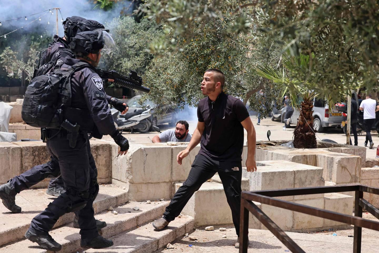 Jerusalem har de siste ukene vært herjet av voldsomme protester. Her en palestinsk demonstrant i disputt med bevæpnede israelske sikkerhetsstyrker.