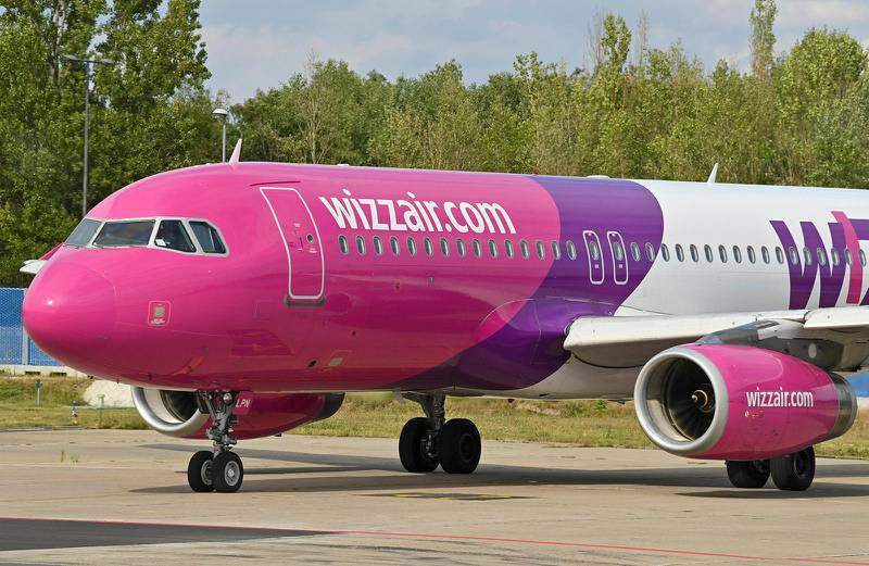 Schönefeld, Germany 20200824. A passenger plane of the Hungarian low-cost airline Wizz Air Hungary Ltd. is parked at Berlin-Schönefeld Airport.Foto: Patrick Pleul, DPA / NTB