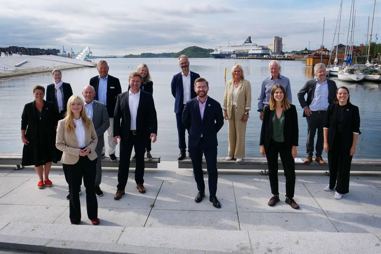 Slik så Oslofjordrådet ut ved sitt konstituerende møte. Klima- og miljøminister Sveinung Rotevatn (V) i midten.