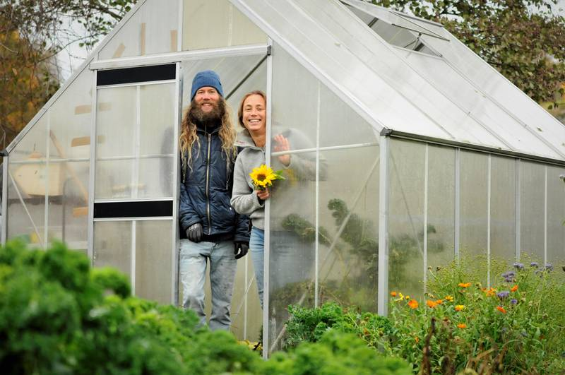 Svein Daniel Solvenus og Live Danielsen har sammen med en større arbeidsgruppe med hageengasjerte lokalinnbyggere startet Engelsviken parsell- og demohage.