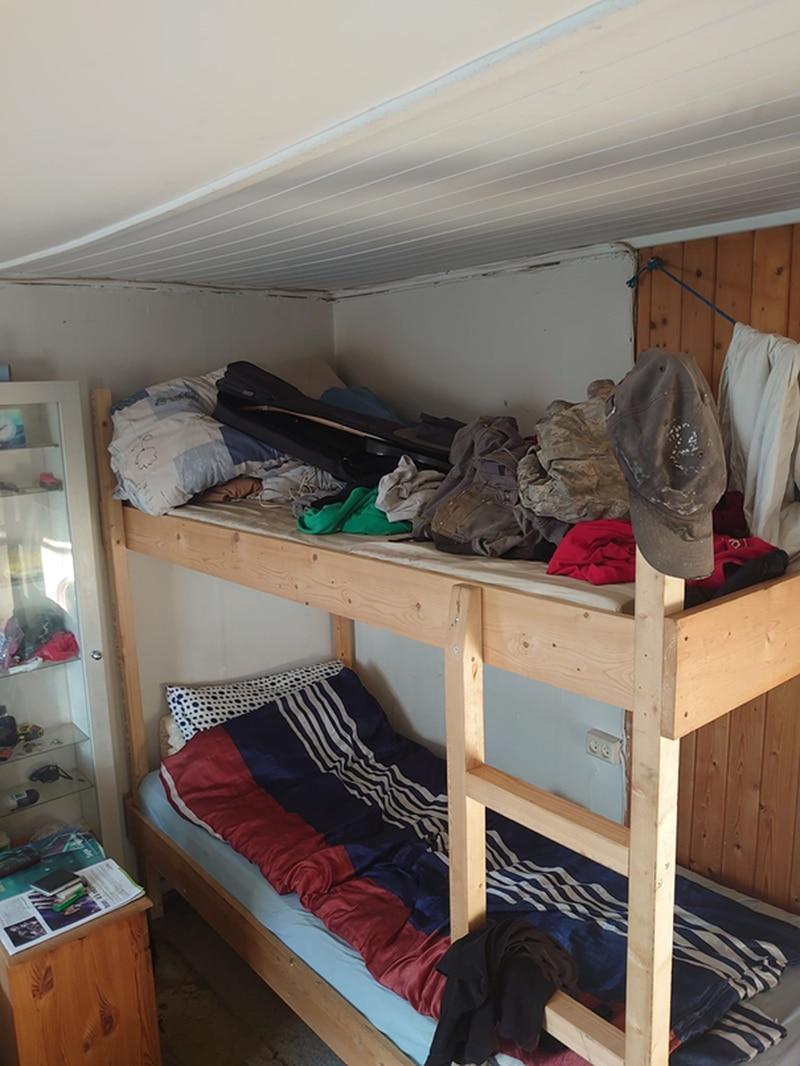 Arbeidsgiveren innkvarterte arbeidstakere fra Polen i dette rommet med tre køyer. Huset / brakka er ikke egna som bosted, og det er umulig å opprettholde smittevern, sier Lars Mamen. Arbeideren som bodde her, kalte stedet for «Auschwitz» - en slaveleir.