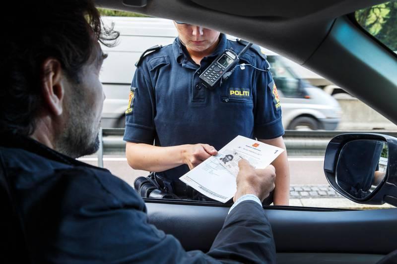 OSLO, Norge 20160927. Politiet i arbeid. Politiet som sjekker vognkort og førerkort.  NB! Modellklarert til redaksjonell bruk. Foto: Gorm Kallestad / NTB
