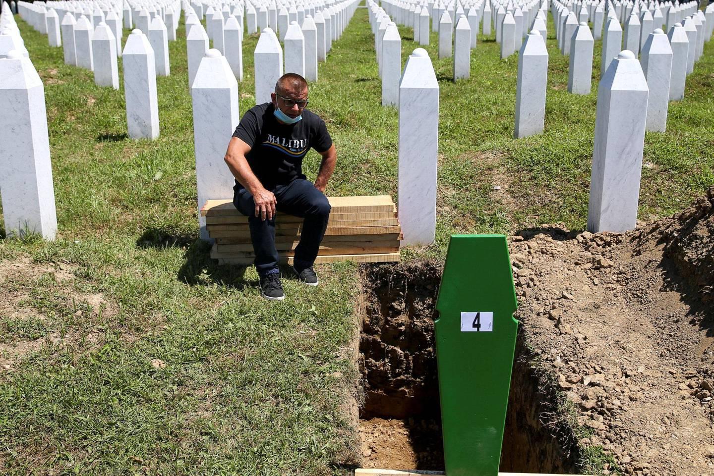 Bahrudin Salkovic ved kisten av faren, som skal gravlegges i en seremoni ved Potocari-Srebrenica-gravlunden under 25-årsmarkeringen for massakren i Srebrenica i dag. Foto: Reuters/Dado Ruvic/NTB scanpix