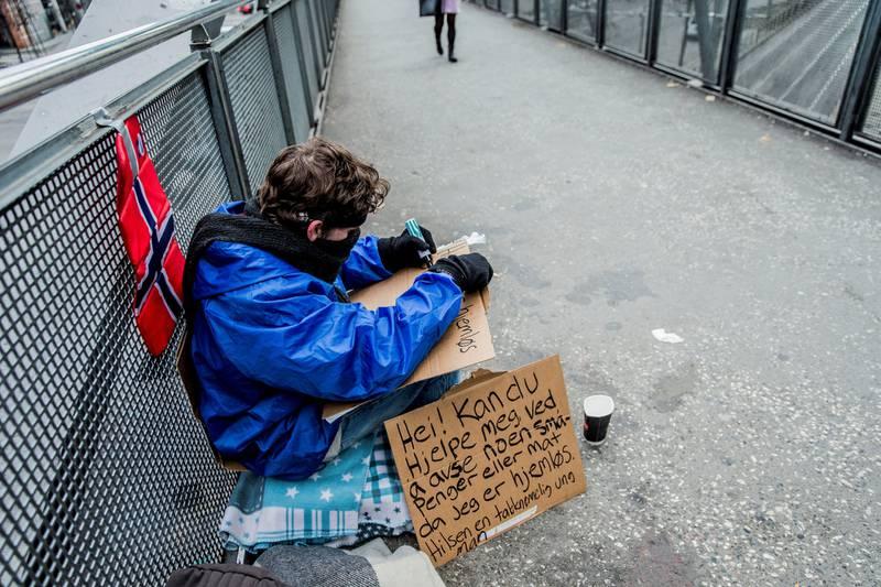 Stadig flere nordmenn sliter med å få det til å gå rundt. Fra 2011 til 2015 gikk andelen fattige i Norge opp fra 7,7 til 9,3 prosent av befolkningen, ifølge Nav. Det gir seg også utslag på antallet mottakere av økonomisk sosialhjelp.