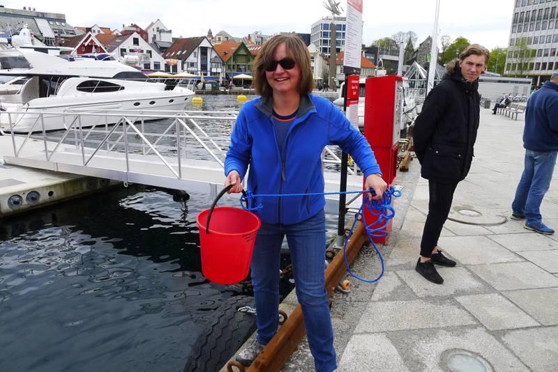 Lena Aadahl, museumspedagog ved Stavanger maritime museum, heiser vann opp av sjøen. Foto: Tore Bruland