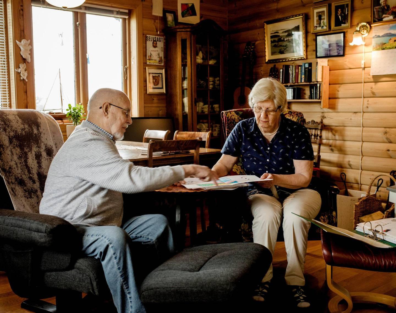 Foreldrene: Arne Ugedal og Ragnhild Johnsen Meldalen har samlet på tegningene som sønnen har laget. De forteller at han alltid har vært glad i å tegne og skrive, men at det er blitt mindre av det de siste årene.