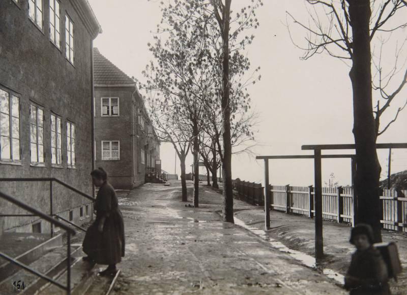 LILLE TØYEN HAGEBY 1920-TALLET:  Bebyggelsen ble tegna av Magnus Poulsen og oppført 1917–22. Fra Tore Hunds vei, Økernveien bak gjerdet. FOTO: UKJENT PERSON/OSLO BYARKIV