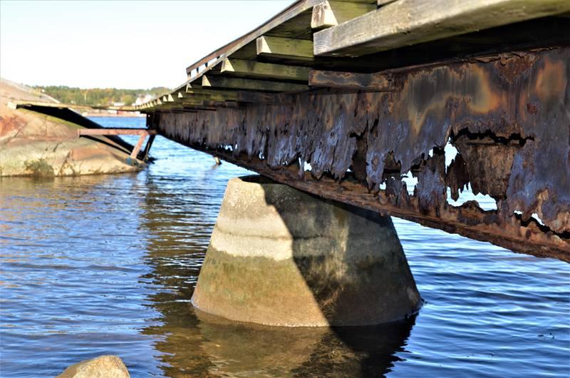 Rust har tæret hardt på bærebjelken til den 30 år gamle brygga på Pynten.