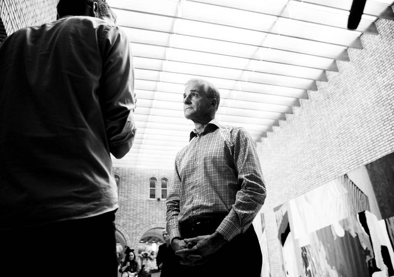 ØKONOMISK TRØBBEL: Jonas Gahr Støre innkasserte ingen politisk profitt da han kommenterte fond-saken i Stortingets vandrehall onsdag kveld. FOTO: BERIT ROALD/NTB SCANPIX