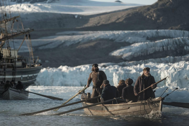 «Iskaldt hav» er den neste kritikerroste BBC-serien som NRK har å by på. Serien om hvalfangere i Arktis på 1880-tallet har Colin Farrell og Stephen Armstrong i sentrale roller.