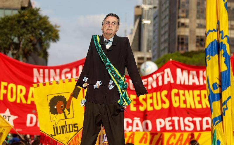Jair Bolsonaro har kommet under økende press for hans håndtering av pandemien og korrupsjonsanklager de siste ukene.
