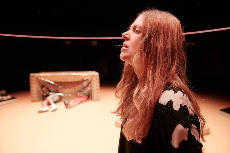 """Stine Fevik gjør en sterk rolletolkning som psykisk syke Ida i """"Jell-O Shot"""". I bakgrunnen: Sigurd Myhre og Andrine Sæther som foreldrene."""