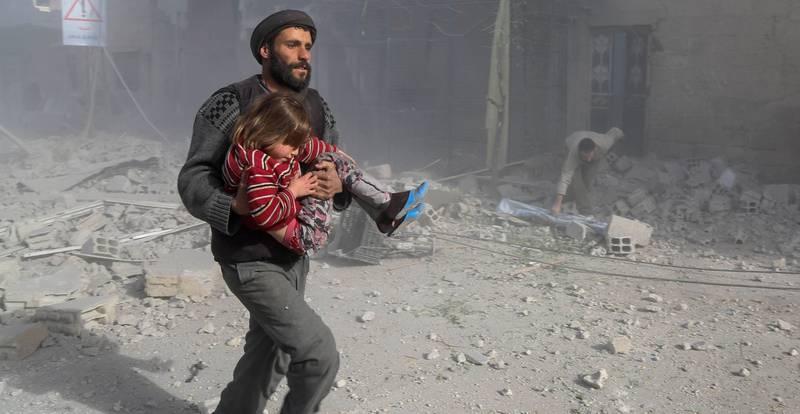 SISTE SKANSE: Øst-Ghouta er et av de siste områdene det kriges om i Syria. Befolkningen er sperret inne i området. En av dem er Engy, som har en   alvorlig blodsykdom (innfelt, private bilder). Det store bildet viser et annet barn som blir reddet fra angrep i Øst-Ghouta.  FOTO: AMER ALMOHIBANY/NTB SCANPIX