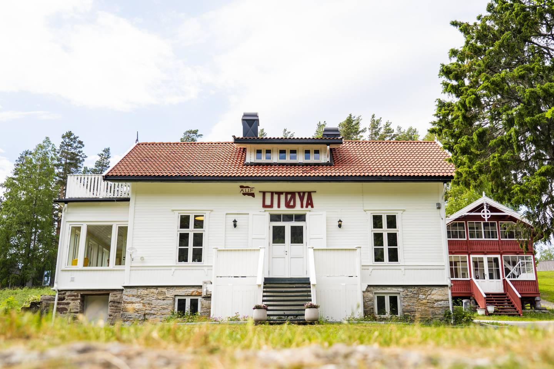 Hovedhuset er det første man møter når man ankommer Utøya i Tyrifjorden i Hole kommune. Det brukes nå til administrasjon for arrangementer på øya.