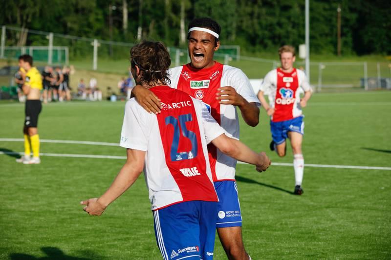 Jesper Taaje og Aaron Kiil Olsen feirer førstnevntes scoring mot Raufoss. Foto: