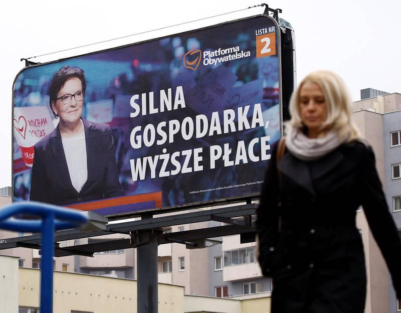 Statsminister Ewa Kopacz (på valgplakaten) fra partiet Borgerplattformen mister trolig makten i morgendagens valg. FOTO: KACPER PEMPEL/NTB SCANPIX