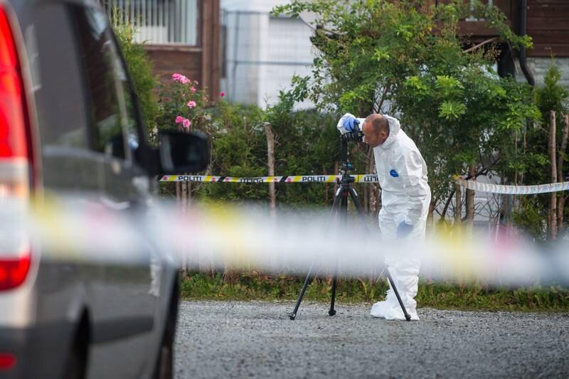 En krimtekniker fra politiet på stedet der det har vært en alvorlig voldshendelse nær Sandnes sentrum. En person er pågrepet etter hendelsen. Foto: Carina Johansen / NTB