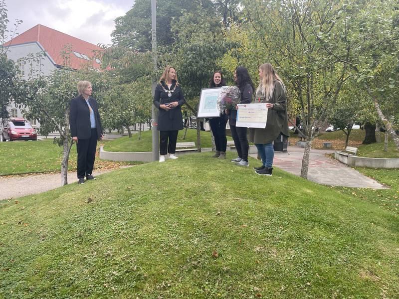Stavanger dykkerklubb ved leder Nuenghatai Eiklid, Elisabeth Endresen og Amalie Kivijärvi mottar beviset på at de har vunnet klima- og miljøprisen 2021 av varaordfører Dagny Sunnanå Hausken og miljøvernsjef Jane Nilsen Aalhus