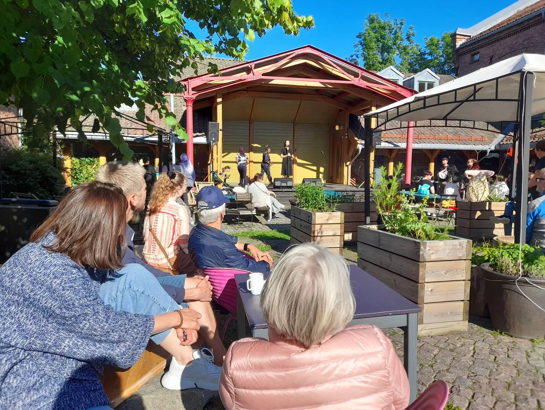 """Publikum på St. Croix ser på Dinna Billington holde en åpningstale, på premieutdelingen for skrivekonkurransen """"Få ut finger'n""""."""