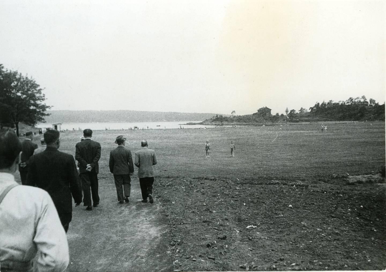 Allerede fra 1934 ble det lagt en badeplass på Langøya, men etter krigen ble øya planlagt som Oslo kommunes hovedbadeplass. Bildet er trolig fra en kommunal befaring på slutten av 1940-tallet.