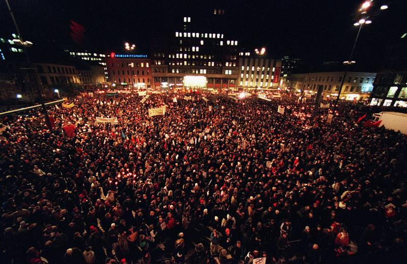 OSLO, 20010201: Mer enn 40.000 mennesker deltok i fakkeltog i Oslo torsdag til minne om Benjamin Hermansen.   Foto: Jarl Fr. Erichsen / SCANPIX