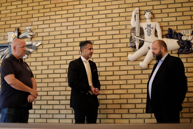 Abid Raja og kulturdepartementet tildeler fem millioner kroner til kulturlokaler for frivillighet. Fra venstre: Daglig leder for Grorud samfunnshus, Steinar Arnesen, kultur- og likestillingsminister Abid Raja og generalsekretær i Noregs Ungdomslag, Kai Roger Vatne.