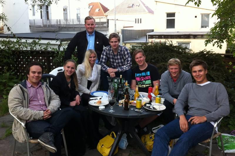Eirik Faret Sakariassen (SV, bakerst) inviterte de yngste i bystyret til avslutningsfest i hagen sin. Fra venstre: Marius Moen (H), Sofie Aurora Braut Bache (V), Suzanne Nedrum (H), Snorre Loen (H), Morten Landråk Asbjørnsen (H), Håkon Roalsø (Ap) og Truls Drageset Dydland (Rødt).