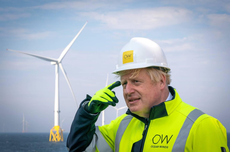 Boris Johnson har lovet store britiske utslippskutt, og har fått ros for det, men gjør ikke nok på gjennomføring, mener kritikere. Her besøker han Moray vindpark utenfor Skottland.
