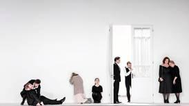 Anmeldelse «Eugen Onegin»: Store følelser i trange rom