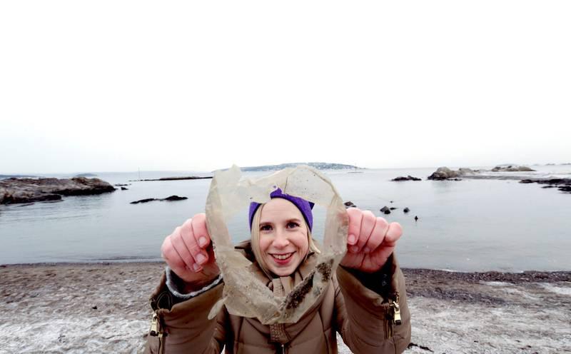 Plast utgjør omtrent 75 prosent av marint søppel. Store plastbiter brytes ned til mikroplast, forteller Hannah Hildonen, rådgiver i Miljødirektoratet, her på Bygdøy tidligere i år. Hun plukker opp plasten hun ser. FOTO: Vidar Ruud/NTB scanpix