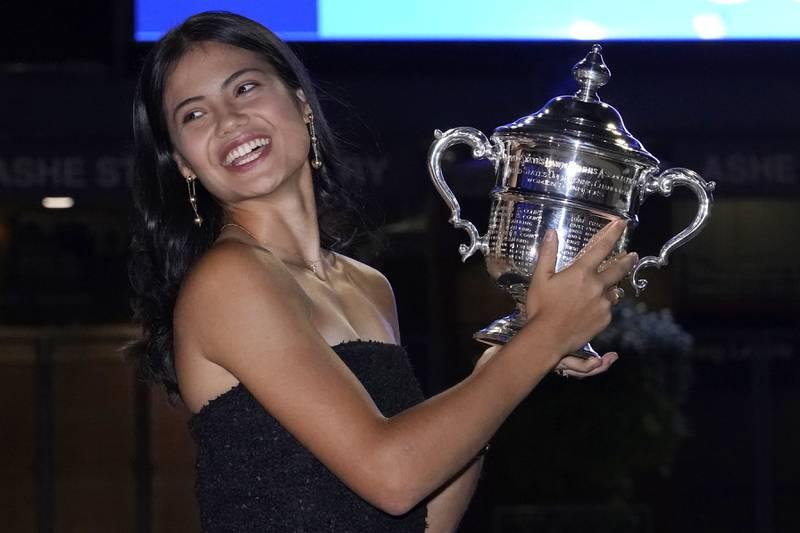 Emma Raducanu viser fram trofeet som beviser at hun har vunnet US Open. Foto: Elise Amendola / AP / NTB