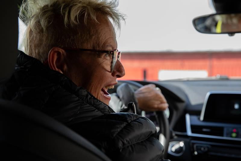 Unni Toril Krohg kjørte på en vei som har vært stengt i over 40 år for kjørende (gamle veien til skisenteret). Her prater hun med eieren av gårdstunet de til slutt endte opp på.